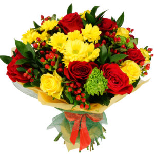 Bouquet rose rosse e fiori gialli
