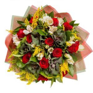 Bouquet di roselline rosse, fiori bianchi e rametti di mimosa