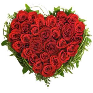 Composizione a forma di cuore composta da rose rosse